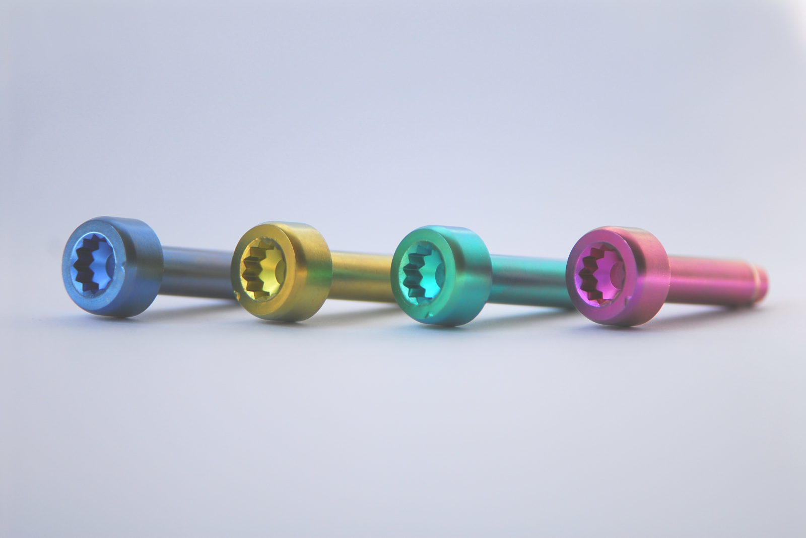 Presseinfo 2010 Oberflächentechnik Für Titan Bild 2 Farbige Titanschrauben